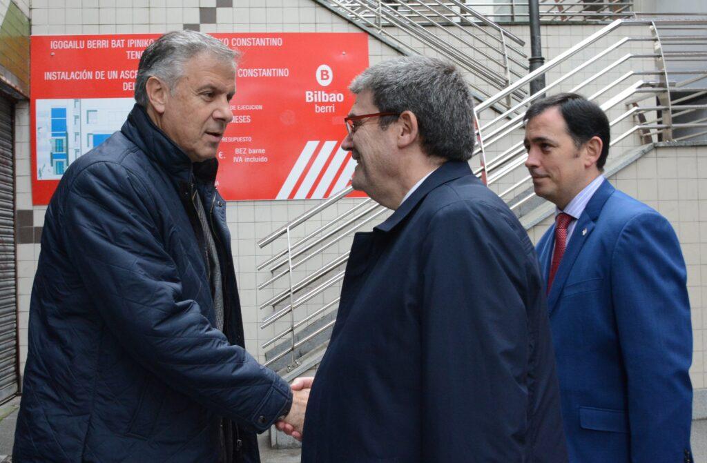 Juan Mari Aburto y Andrés Anacabe en ascensor de Zabala