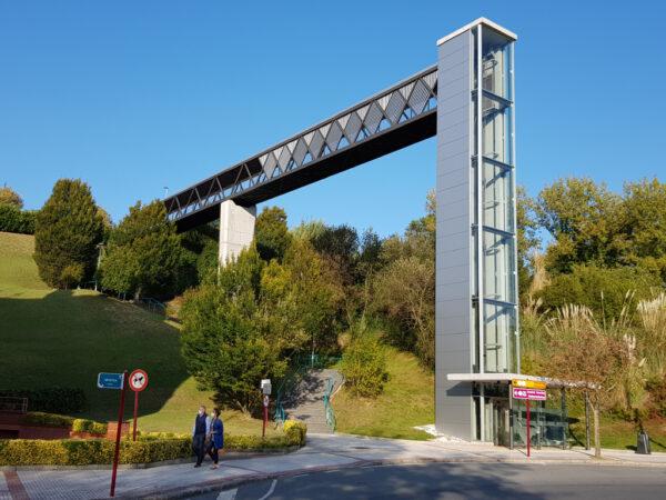 Conexión mecánica mediante pasarela y ascensor en Artatza-Leioa